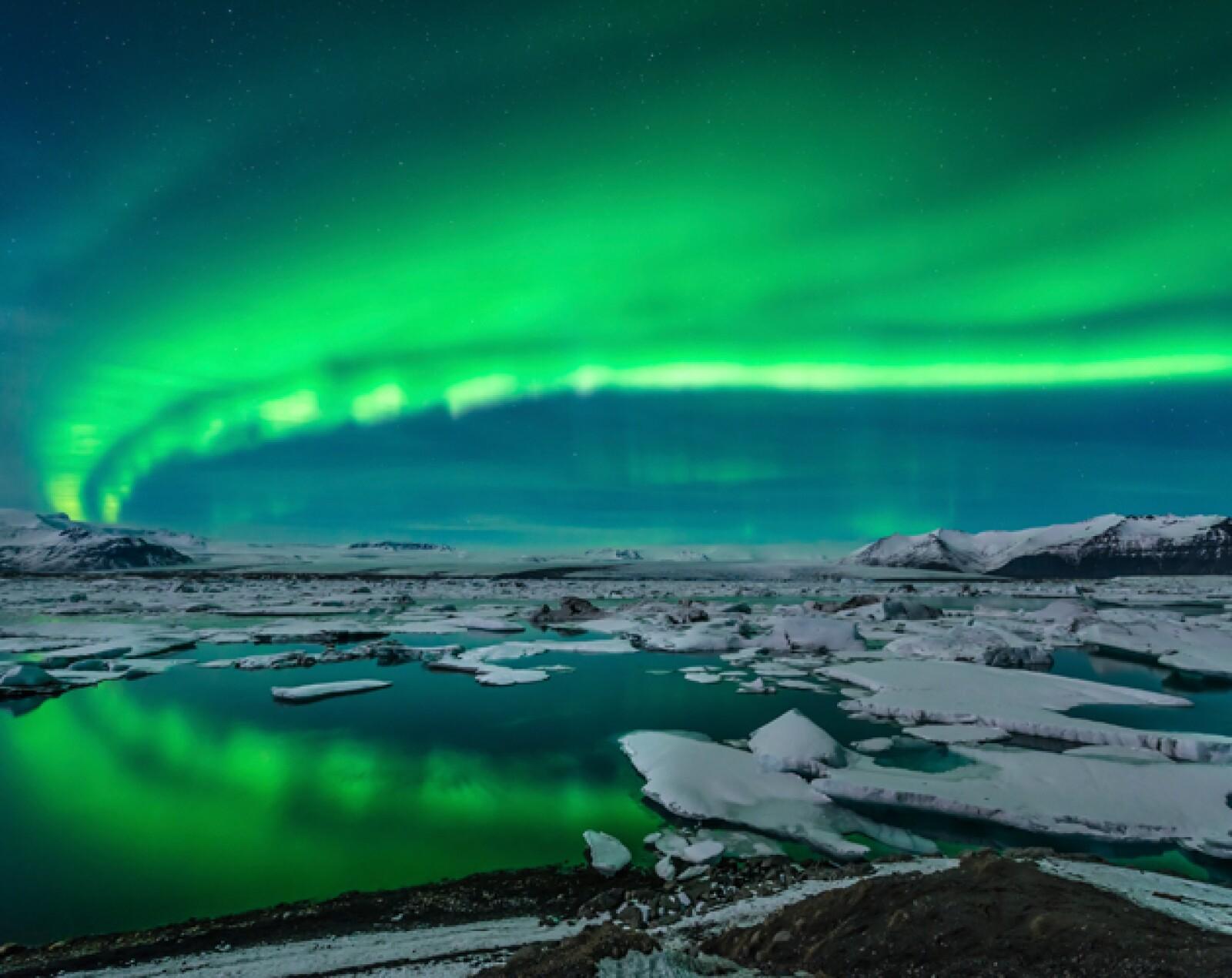 Este país es famoso por no ver la luz del sol, o por verla demasiado, según la temporada del año. Cuando el caso es el primero, las auroras llenan el cielo. La ciudad de Jökulsárlón es el lugar per...