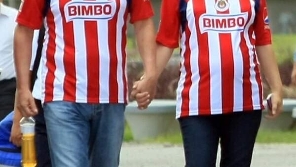 La esposa de Jorge Vergara, dueño de las Chivas, lució feliz en su séptimo mes de gestación en la toma de la foto oficial del equipo del Guadalajara.