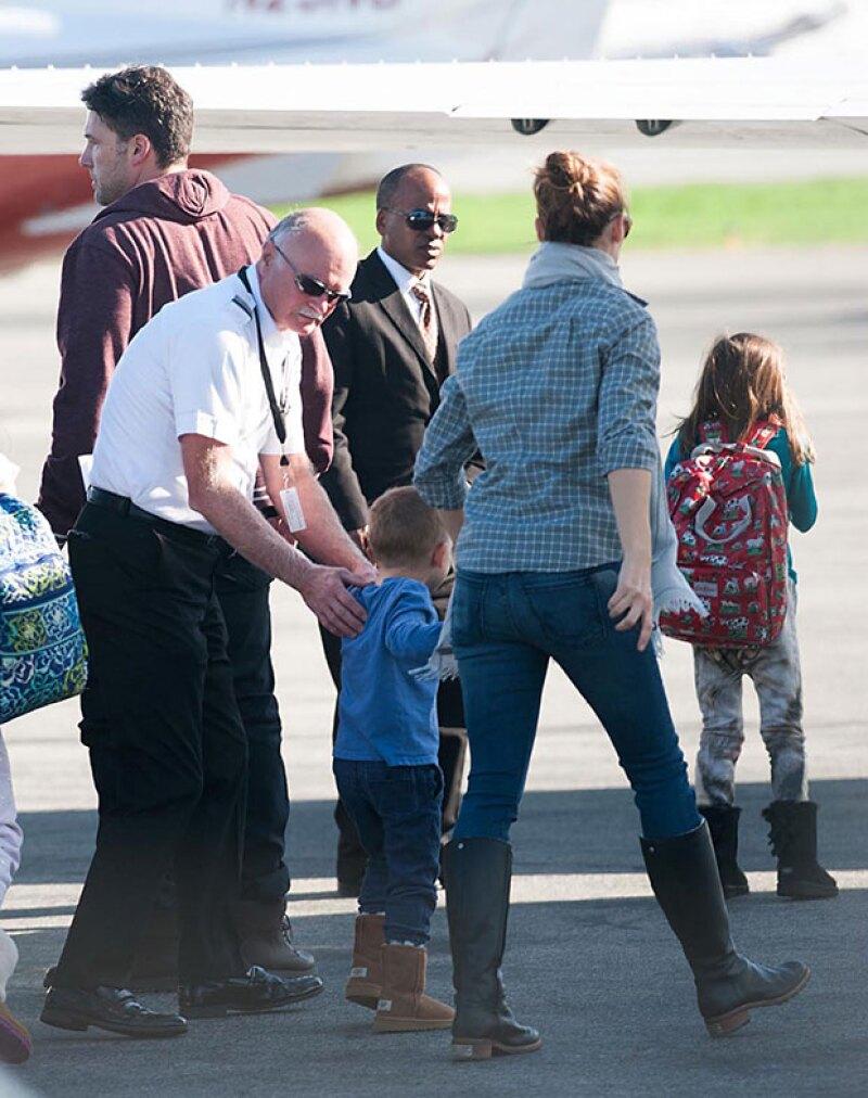 Ben Affleck y Jennifer Garner fueron captados tomando un jet privado junto a sus hijos.