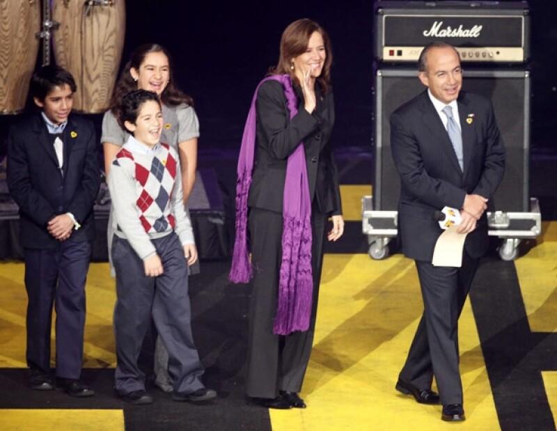 El presidente de México Felipe Calderón, acompañado de su familia, la primera dama Margarita Zavala y sus tres hijos, no dejaron de aportar al Teletón.