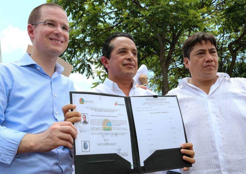 Carlos Joaquín (centro) se sumó a la iniciativa 3 de 3 y le agregó un examen antidoping y una carta de no antecedentes penales.