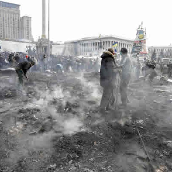 El presidente Viktor Yanukovich enfrenta presiones opuestas de ministros de la Unión Europea y de Rusia; se plantea un gobierno temporal hasta la celebración de nuevas elecciones, según fuentes.
