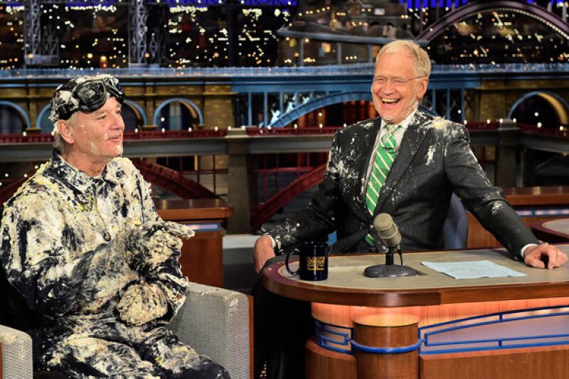 El actor Bill Murray, su primer entrevistado hace 33 años, salió de un gran pastel para despedirlo.