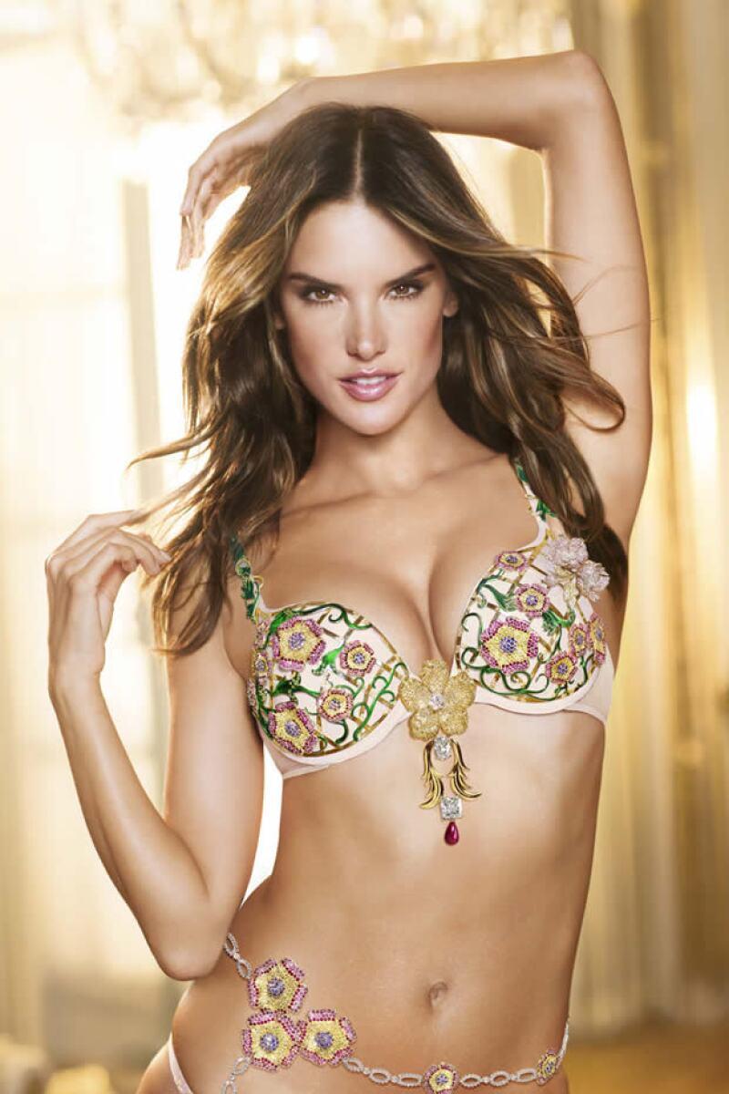 Año con año hemos visto a varias modelos presumiendo esta lujosa prenda y el diseño de este 2012 lo llevará la brasileña de 31 años, quien lo lucirá durante el Fashion Show de Victoria´s Secret.