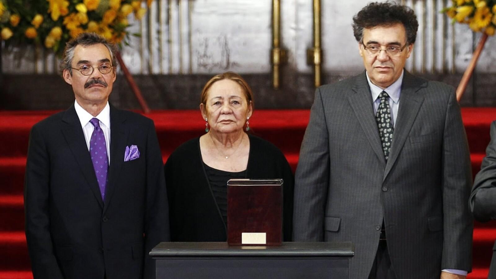 Gonzalo García Barcha (izquierda) Mercedes Barcha (centro) y Rodrigo García Barcha (derecha) ante las cenizas de Gabo