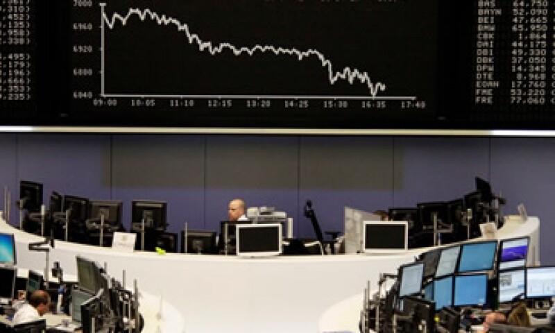 Las acciones europeas cayeron este viernes tras dos días de ganancias. (Foto: Reuters)