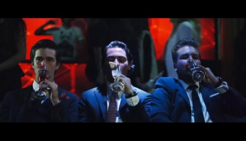 En otra de las escenas aparecen tomando bebidas alcohólicas mientras se exfolian los pies.