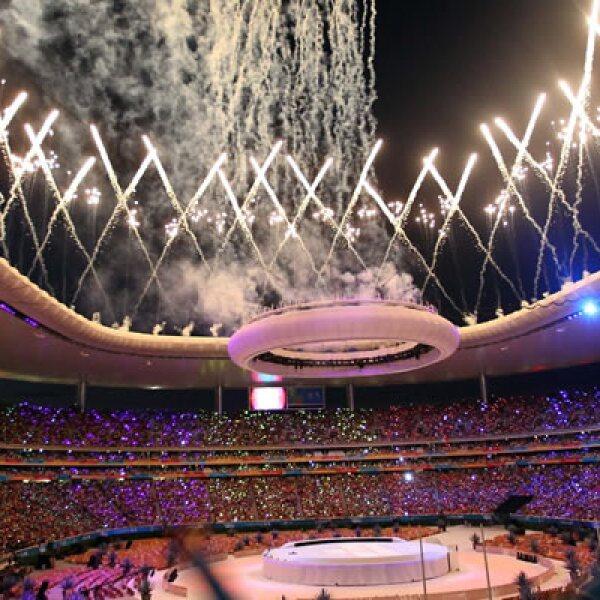 Entre fuegos artificiales y luces de colores decenas de miles de personas dieron el viernes la bienvenida a los Juegos Panamericanos de Guadalajara 2011.