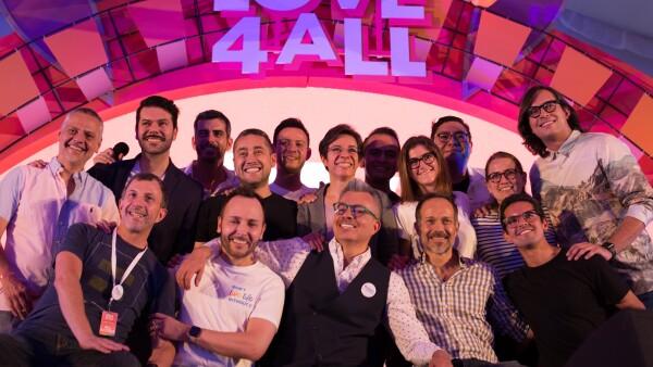 Participantes y organizadores de un festival por la inclusión social.