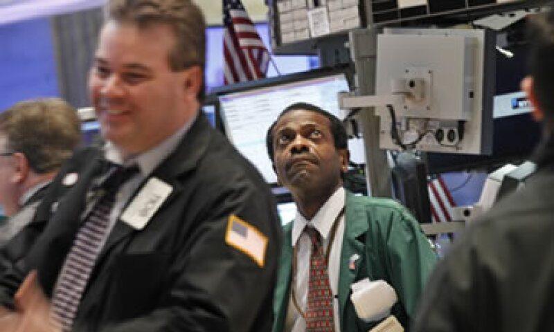 El Dow Jones perdió 14.76 puntos o 0.11% para cerrar extraoficialmente en 12,962.81 unidades. (Foto: Reuters)