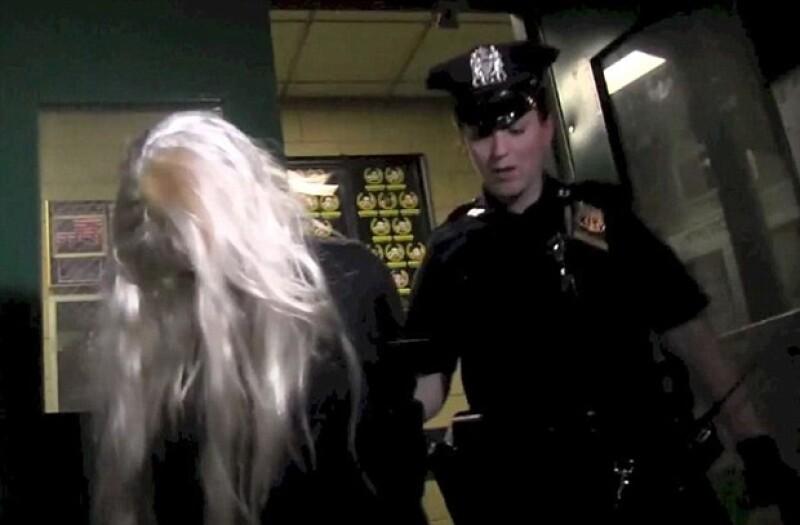 """Y lo hizo otra vez… la policía de Nueva York detuvo a la actriz por posesión de drogas y """"esconder"""" la evidencia, pues la joven aventó su pipa desde su departamento ubicado en el piso 36."""