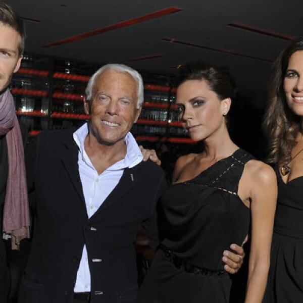 Victoria y David posan junto a Giorgio Armani y la sobrina del diseñador, en una pasarela donde el creador italiano presentó su colección para hombres.