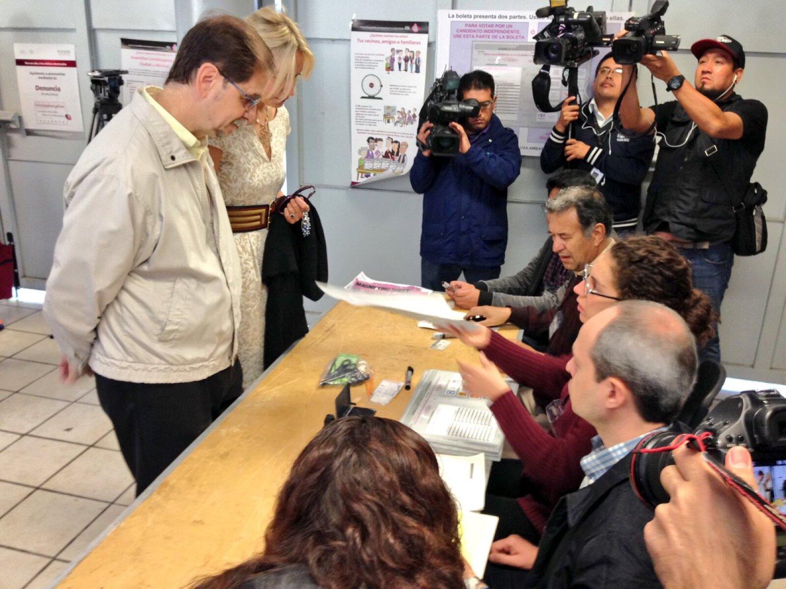 Al comenzar la jornada, el presidente nacional del PRD, Agustín Basave, emitió su voto en Coyoacán.