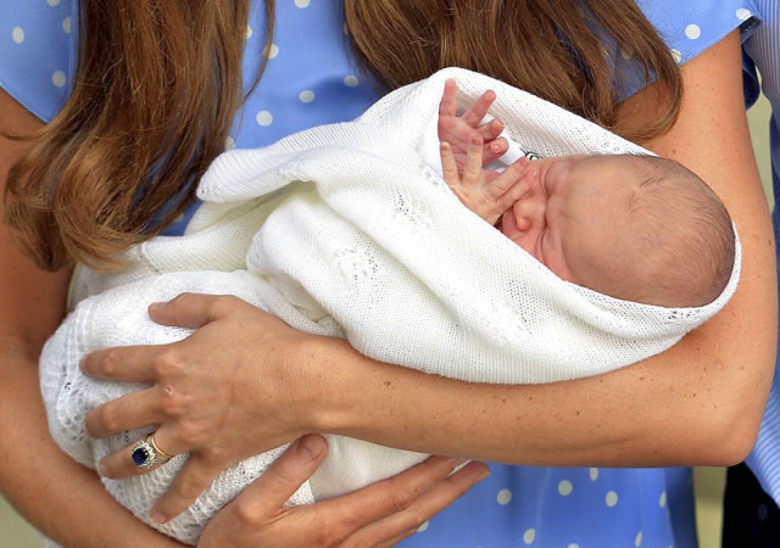 Los únicos que hicieron visitas al hospital para conocer al primógenito fueron los abuelos del príncipe de Cambridge, Carole y Michael Middleton, así como el príncipe Carlos junto a su esposa Camila Parker.