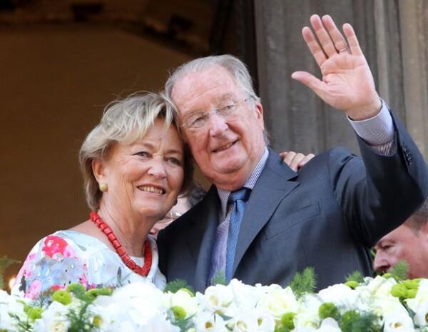 El rey Alberto II y la reina Paola se despidieron hoy ante cinco mil personas.