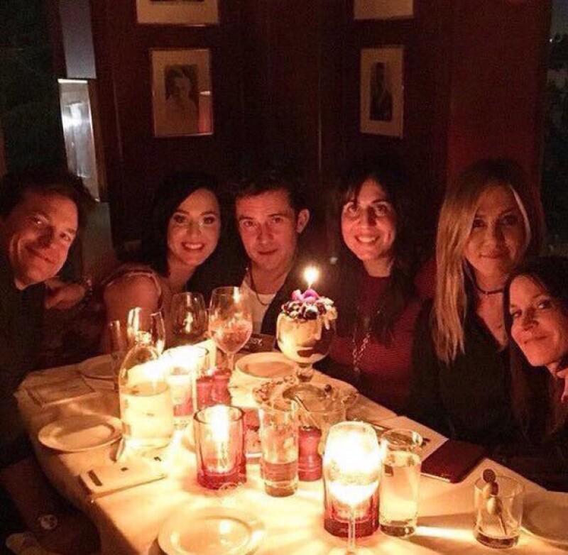 A unas semanas de ser captados coqueteándose en el after party de los Golden Globes, la cantante y el actor fueron vistos agarrados de la mano durante una cena de cumpleaños en Los Ángeles.
