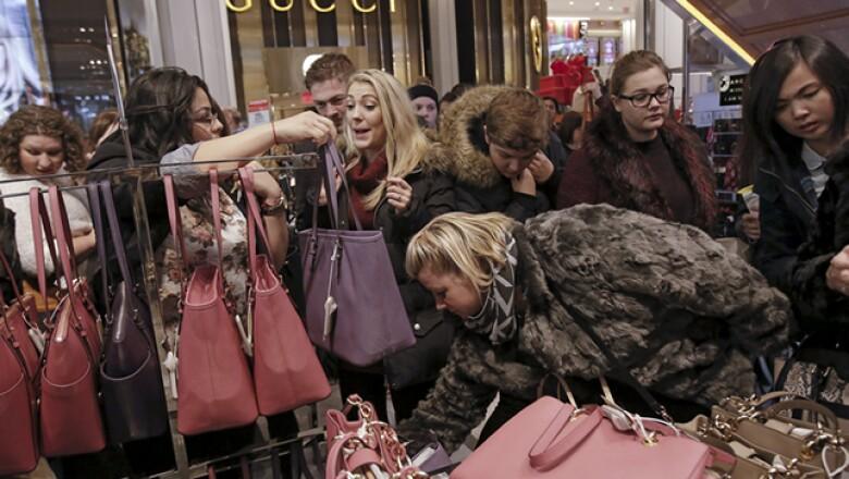Las mujeres se amontonaron para adquirir bolsas de diseñador, uno de los departamentos más solicitados.