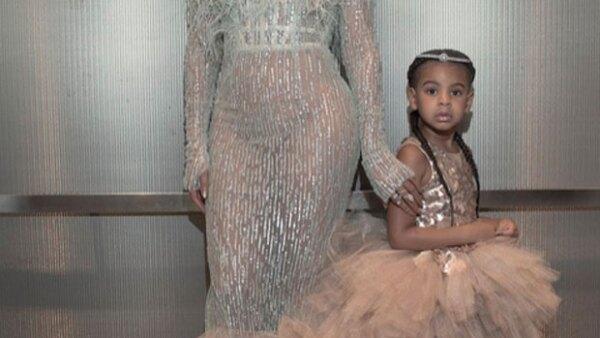 Muchas celebridades desfilaron ayer por la red carpet de los MTV Video Music Awards, pero la que más llamó la atención fue la hija de Beyoncé y su look que no cualquier niña de su edad puede usar.