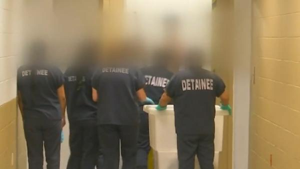 Uniformes y puertas con cerrojos- la vida en un centro de detención de inmigran