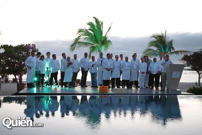 Todos los chefs invitados subieron al estrado para dar inicio al evento.