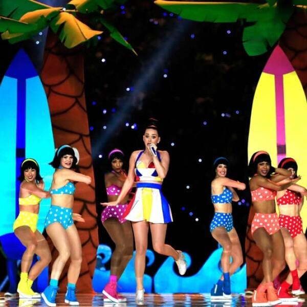 Con un atuendo colorido simulando una playa, Katy interpretó ?Teenage dream?
