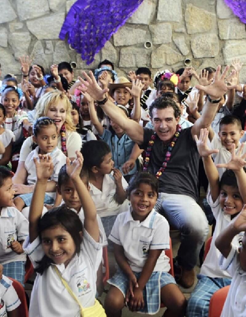 Antonio Banderas jugó un buen rato con los niños.