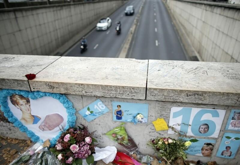 Así luce el Pont Del Alma en París, a 16 años de la muerte de la princesa.