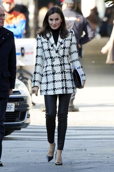 Reina Letizia luciendo un look low-cost para su primera aparición del 2020, su saco es de Uterqüe y sus pointy shoes Steve Madden
