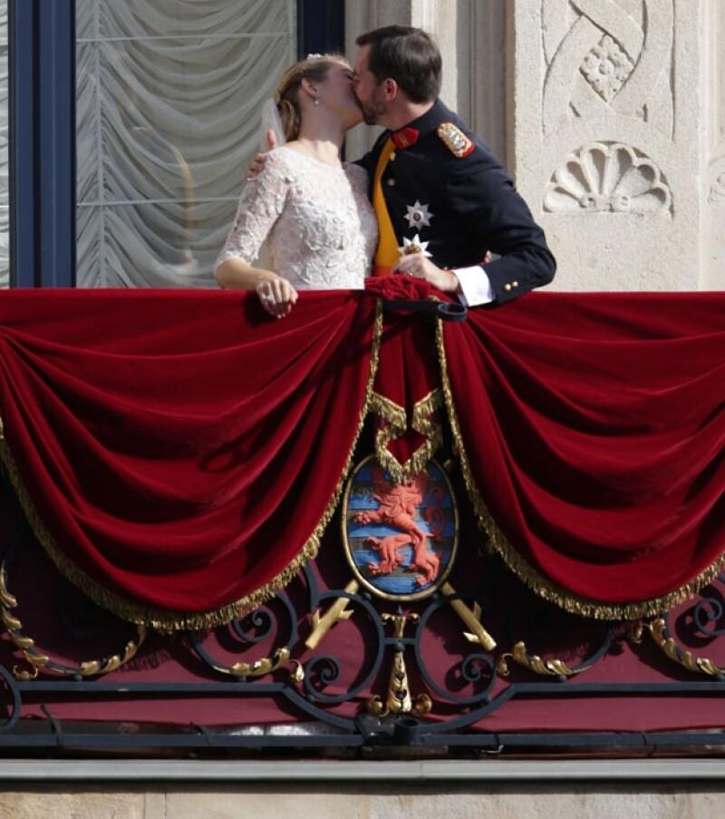 La pareja fue felicitada por el pueblo.