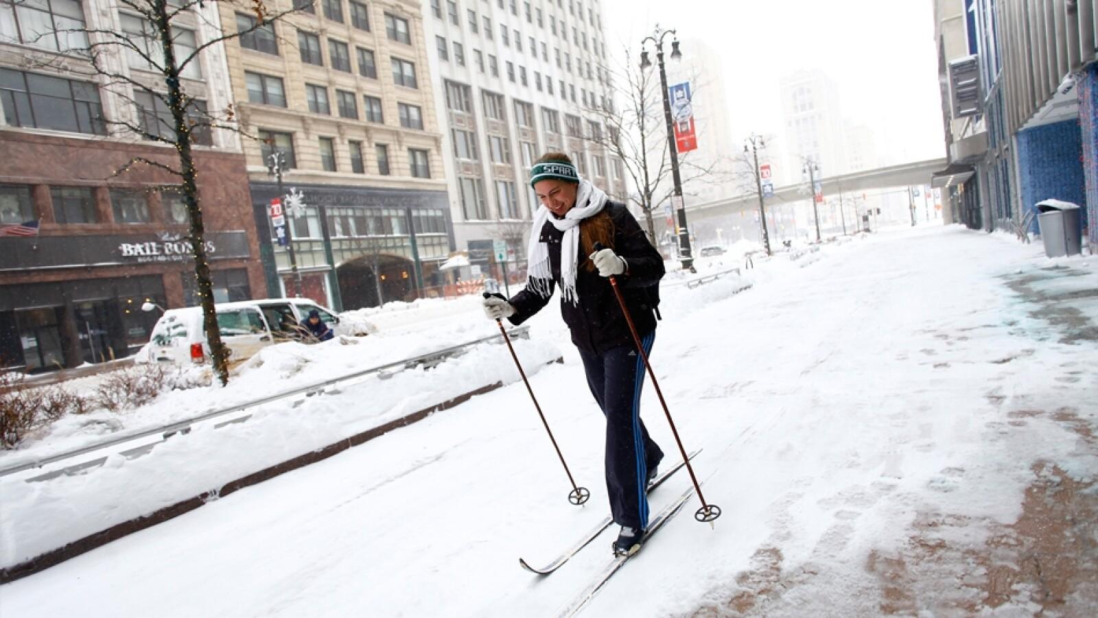 una persona esquina en medio de la nieve de detroit