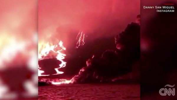 El volcán Sierra Negra en Galápagos, Ecuador, entra en erupción