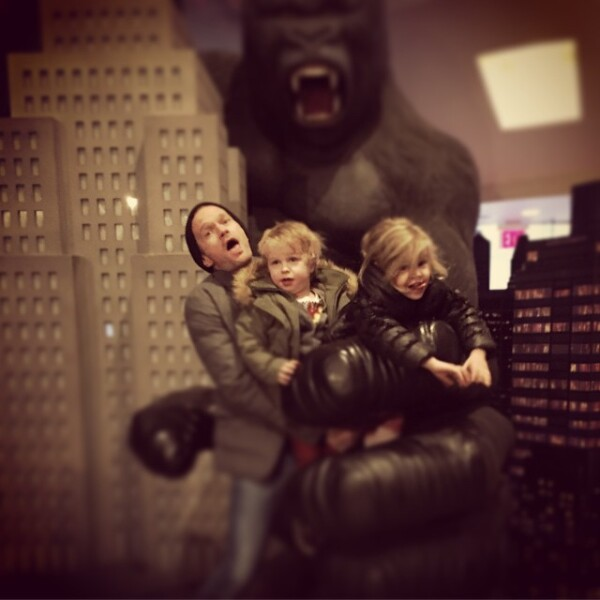Neil Patrick Harris es el padre más amoroso y sus hijos Gideon y Harper siempre están felices a su lado.