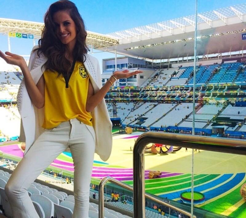 Izabel Goulart, guapa modelo brasileña publicó una imagen desde el estadio Corinthians.