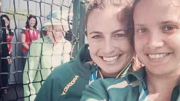 La reina de Inglaterra mostró su lado más simpático participando en una foto que se tomaban dos jugadoras de hockey durante un torneo de la Commonwealth en Escocia al que la royal asistió.