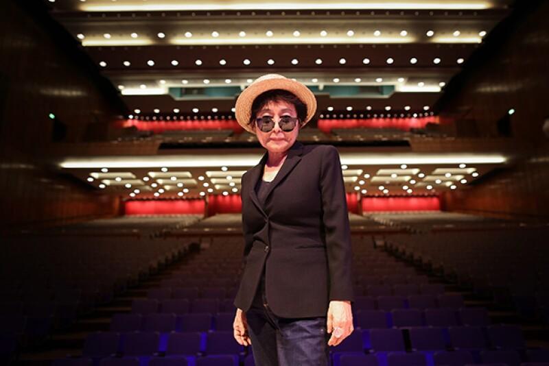 La viuda de John Lennon se encuentra en el hospital después de haber sido encontrada inconsciente ayer en su departamento.