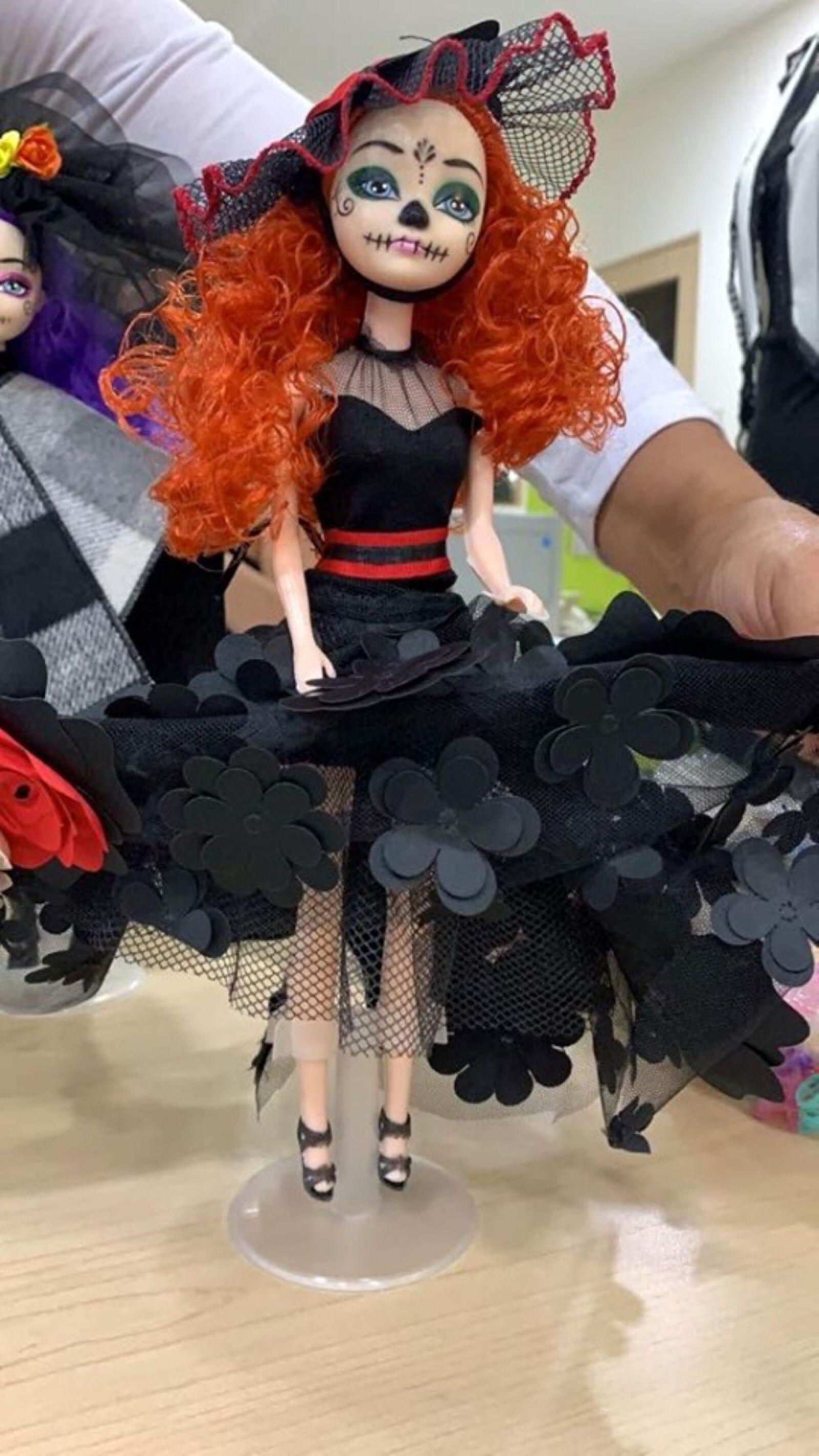 Recrean vestido de Beatriz Gutiérrez para una muñeca 11.jpg