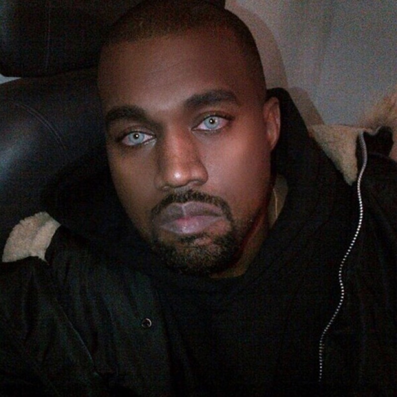 Aseguran que los lentes de contacto eran sólo un accesorio para un concierto que Kanye dio para celebrar los 40 años de Saturday Night Live, pero que Kim no pudo resistirse a usarlos.