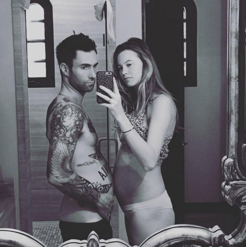 En otra ocasión, Adam comparó su propia pancita con la de su esposa.