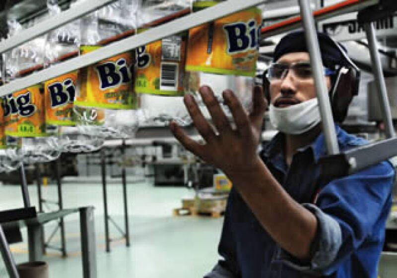 Ajegroup disputa ahora el mercado de jugos con Jumex y Jugos del Valle, y el agua embotellada, con Pepsi y Coca-Cola. La foto, en su planta de Puebla. (Foto: Carlos Aranda/Mondaphoto)