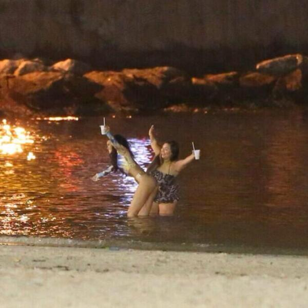 En compañía de sus amigas, Rihanna se divirtió en la playa.