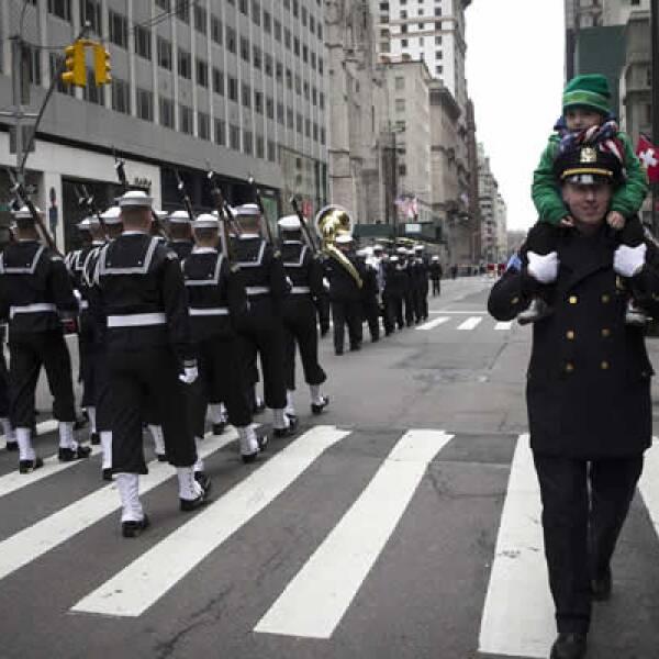 Un policía lleva a su hijo en hombros mientras camina a un costado del desfile en Nueva York que recuerda a San Patricio, un misionero cristiano que ayudó a Irlanda a convertirse al catolicismo en el siglo V.