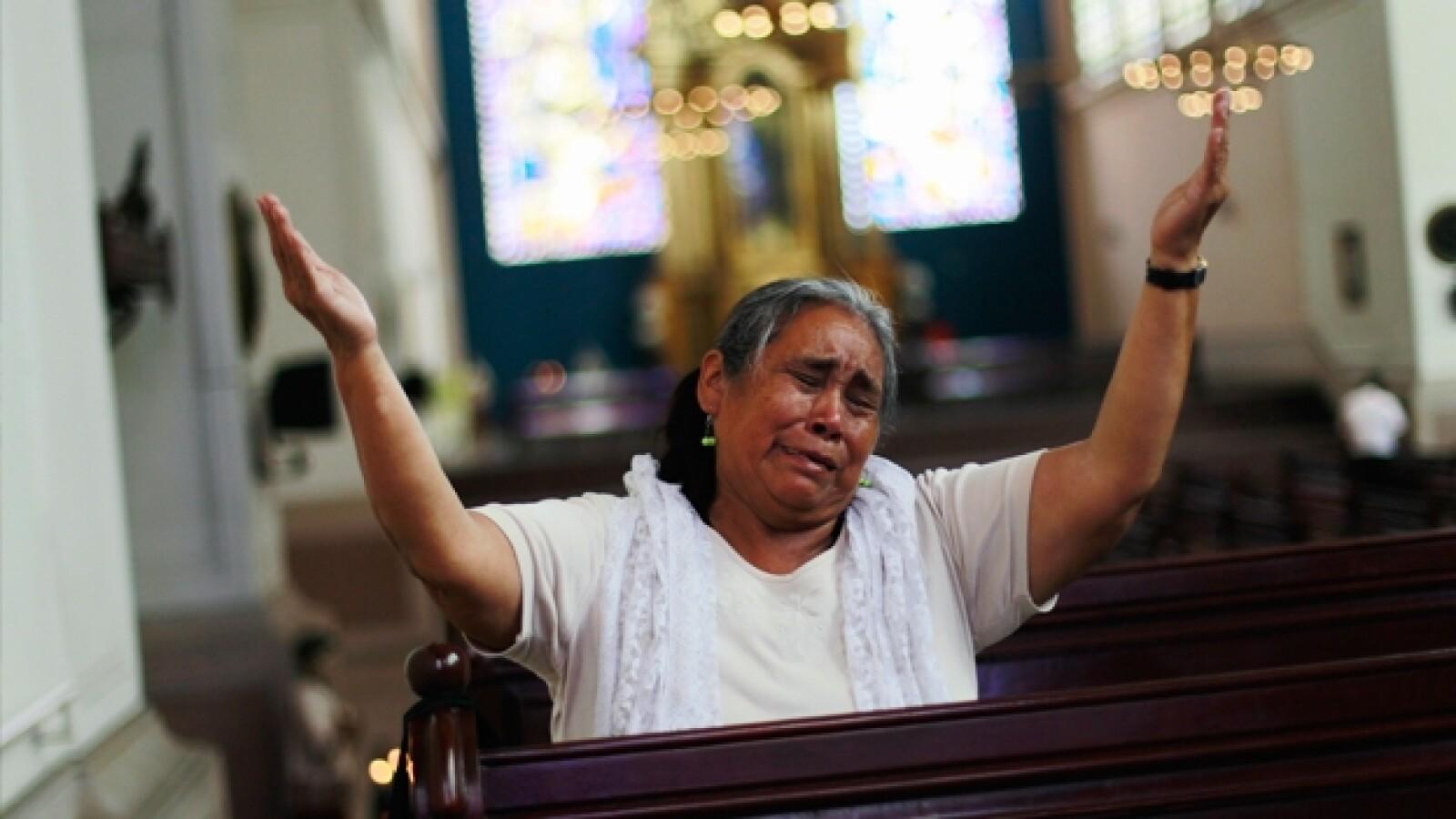 una mujer celebra nombramiento de francisco