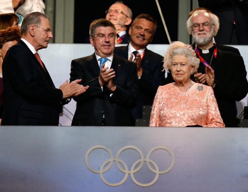 James Bond, Paul McCartney y la reina Isabel II —entre otras figuras icónicas de Gran Bretaña— pusieron en marcha el viernes los Juegos Olímpicos de Londres.