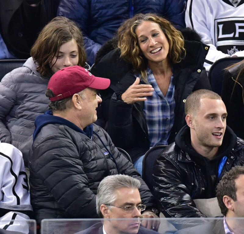 Los actores y sus familias coincidieron en un juego de hockey en Nueva York, donde ella fue sorprendida haciendo una mueca a espaldas del actor.