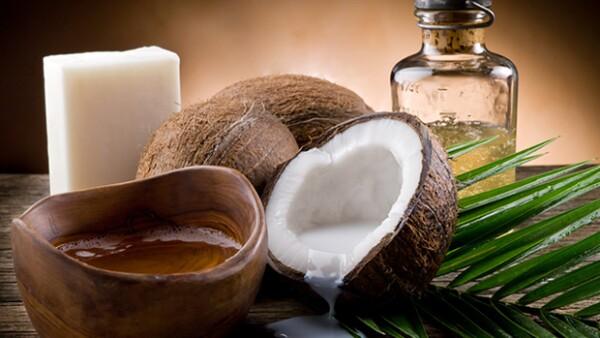 Además de ser súper saludable para el cuerpo, el aceite de coco puede ser usado diariamente en tu rutina de belleza. Estos 10 usos cambiarán tu piel, tu pelo y tu vida por completo.