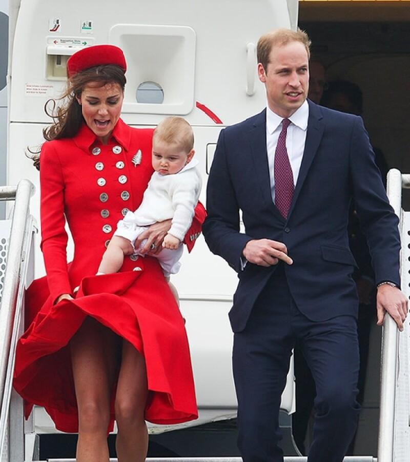 Los Duques de Cambrdige llegando a Wellington. El abrigo de Kate fue víctima del aire.