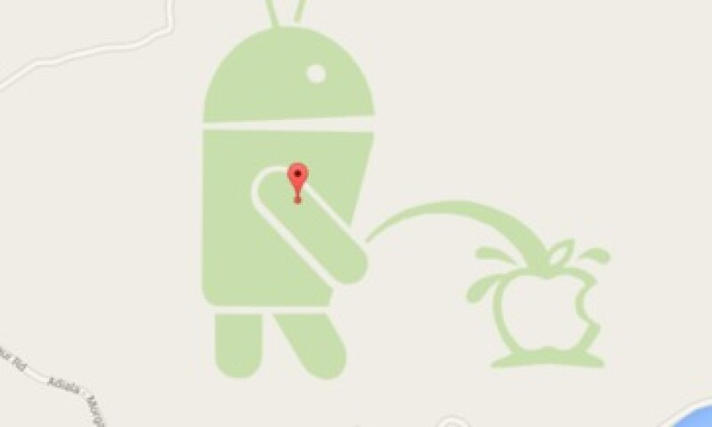 La mascota de Android aparece orinando el logo de Apple. (Foto: Google Maps )
