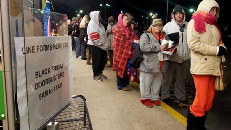 El furor por las compras está en su apogeo, pues tan sólo en la tienda Macy's de Nueva York  se formaron 11,000 personas.