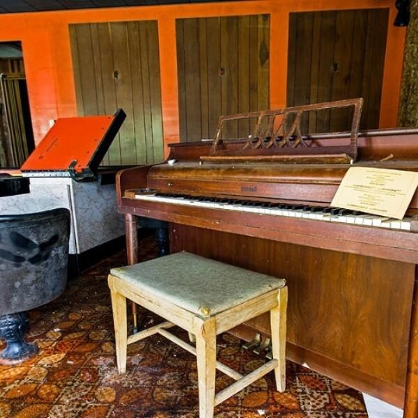 Chris Dolan no pudo resistir fotografiar y tocar un viejo piano