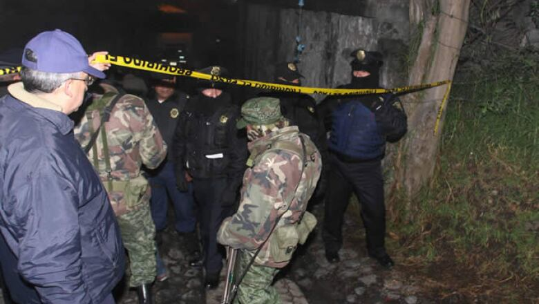 Elementos de policía acordonaron la zona donde cayó el helicóptero que venía de Toluca.